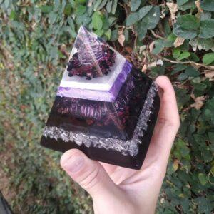 Pirâmide Orgonite 10x10 - Proteção, Sucesso e Poder Pessoal