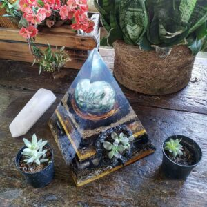Pirâmide Orgonite 20x15 Gruta de Turmalina - Suculentas